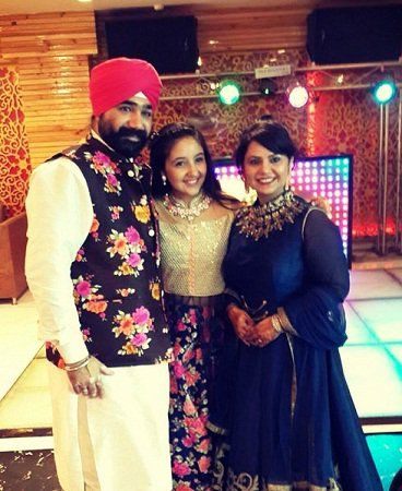 Ashnoor kaur with her parents