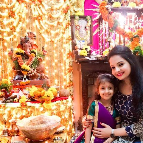 Giaa manek seeking blessings from Lord Ganesha
