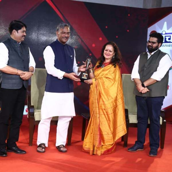 Himani Shivpuri receiving an award