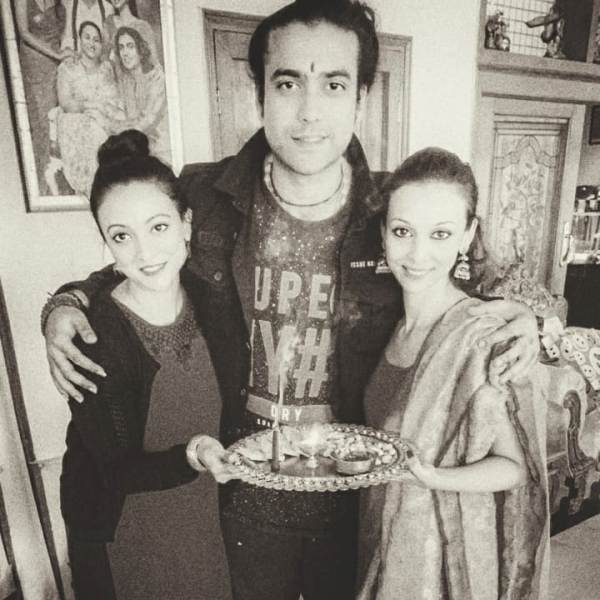 Jubin Nautiyal With His Sisters