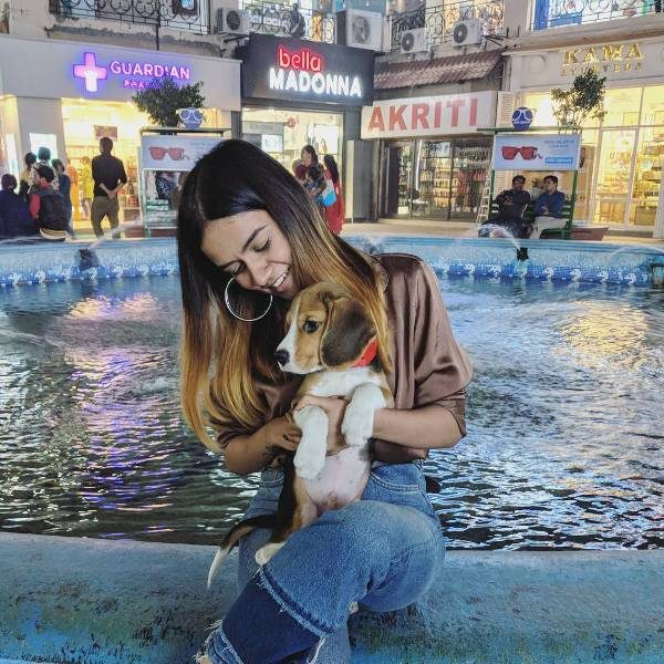Komal Pandey loves dogs