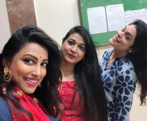 Kranti Redkar with her sisters image