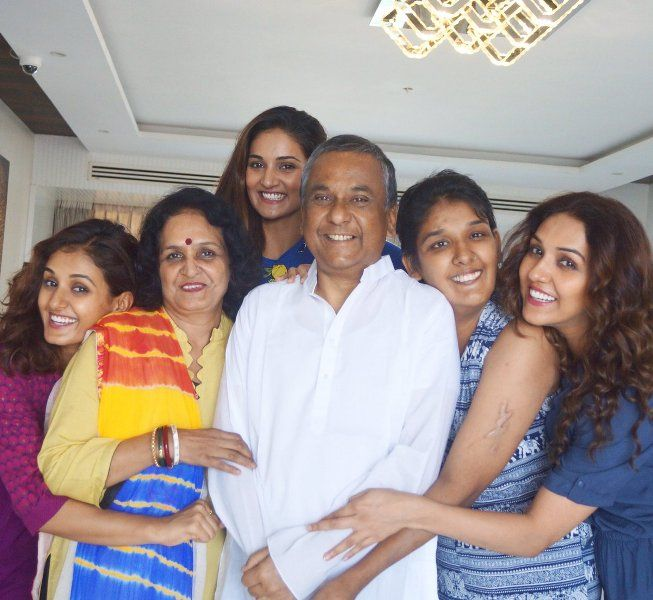 Kriti Mohan with her family