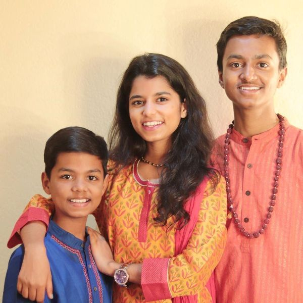 Maithili Thakur with her brothers