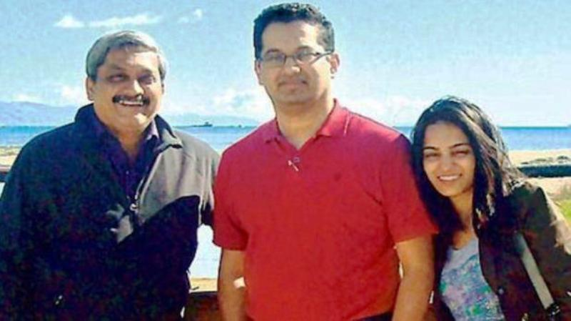 Manohar Parrikar With His Son Utpal And Daughter in Law Uma