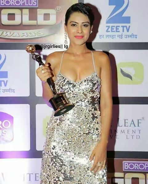 Nia Sharma posing with the award