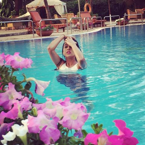 Nia Sharma swimming
