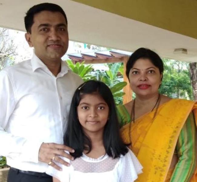 Pramod Sawant With His Wife And Daughter