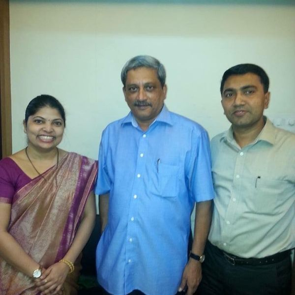 Pramod Sawant With His Wife Sulakshana And Manohar Parrikar