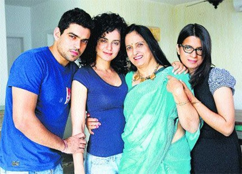 Rangoli Chandel, Kangana Ranaut And Brother Akshat With Their Mother