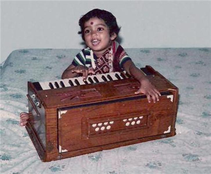 Shreya Ghoshal Singing With Harmonium