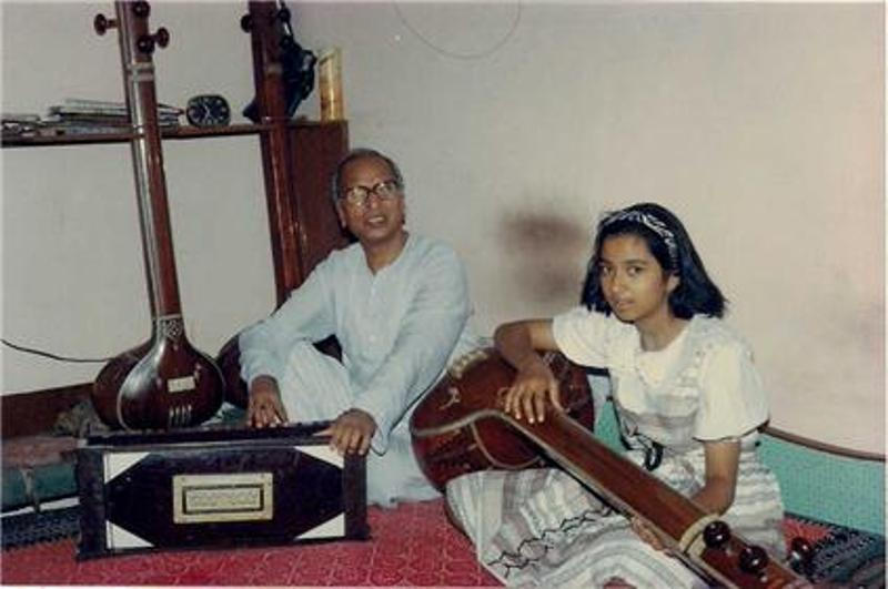 Shreya Ghoshal With Her Mentor Mahesh Chandra Sharma Learning Tanpura