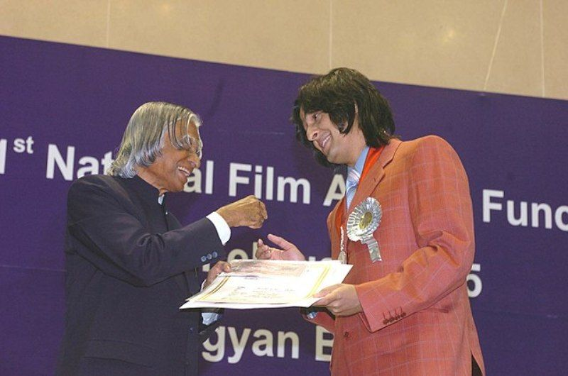 Sonu Nigam Receiving The Honour From A. P. J. Abdul Kalam
