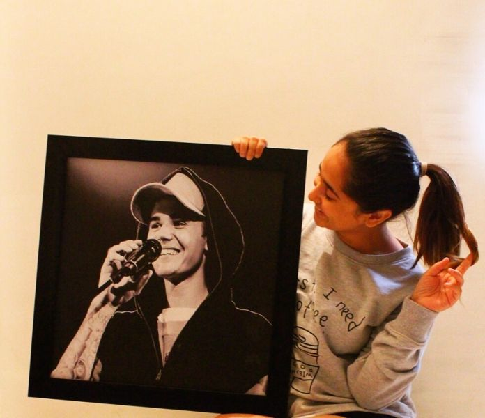 Zahara Sethjiwala holding the picture of Justin Beiber