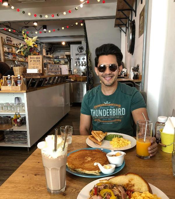 Aditya Narayan eating food