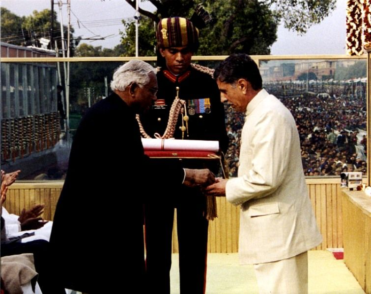 Captain Vikram Batra's Father G. L. Batra Receiving The Param Vir Chakra From President K. R. Narayanan