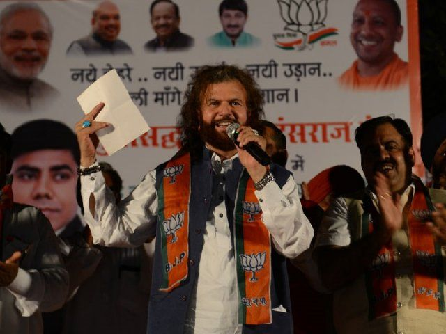 Hans Raj Hans addressing the public as a member of BJP