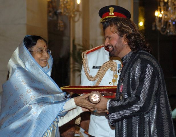 Hans Raj Hans receiving the Padma Shri Award