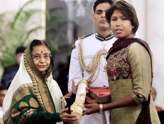 Jhulan Goswami receiving Padma Sri from the President of India