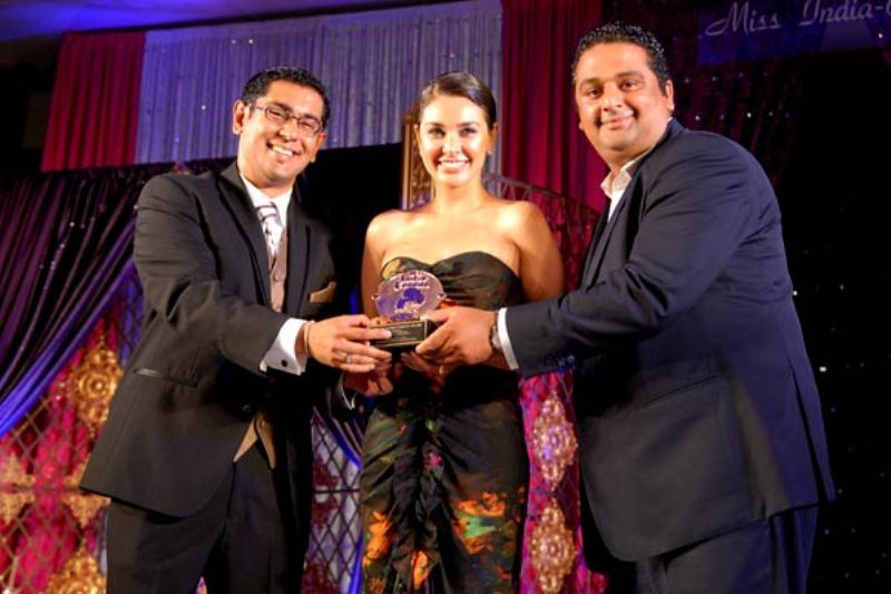 Lisa Ray Receiving Special Achievement Award at Miss India-Canada