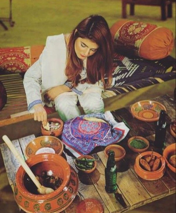 Momina Mustehsan having food