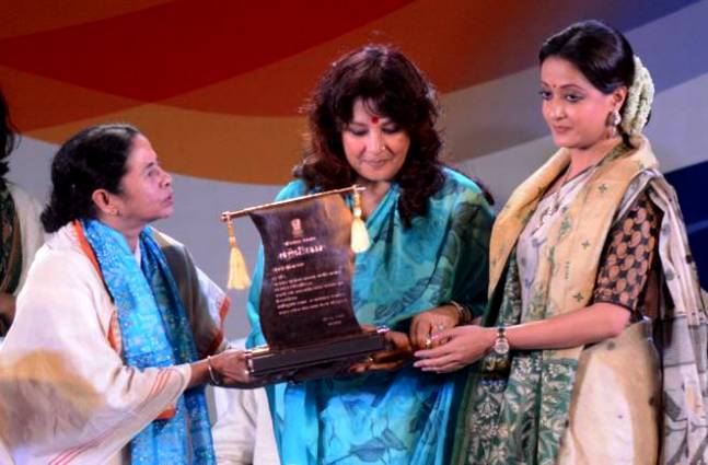 Moon Moon Sen & Raima Sen Receiving Bangla Bibhushan Honour On Behalf Of Suchitra Sen