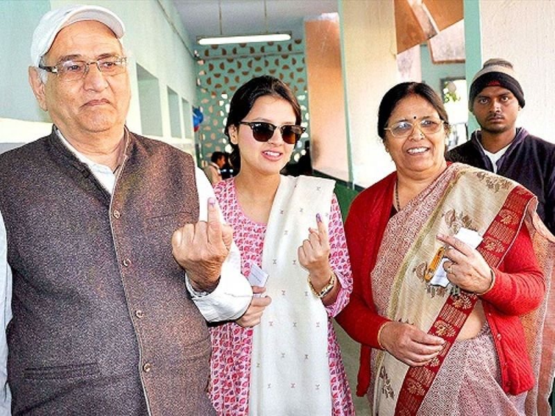 Sakshi Dhoni With Her Mother And Father In Law