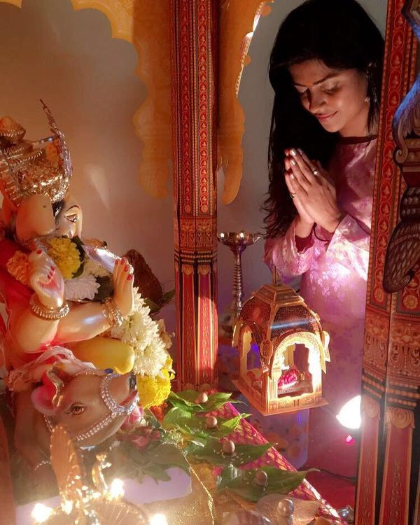 Swarda Thigale praying to Lord Ganesha