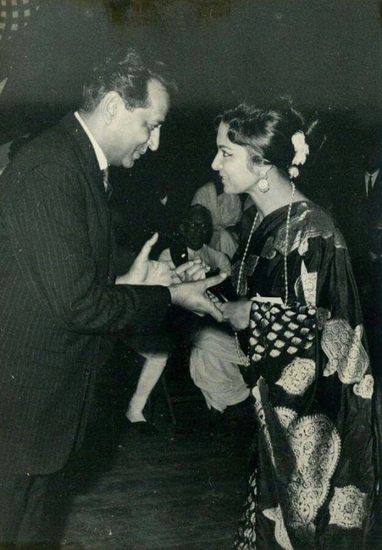 Waheeda Rehman Receiving Filmfare Award