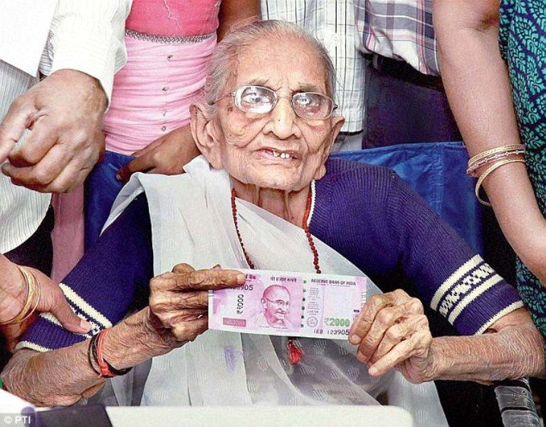 Heeraben Modi Showing Her Support For DemonetisationHeeraben Modi Showing Her Support For Demonetisation