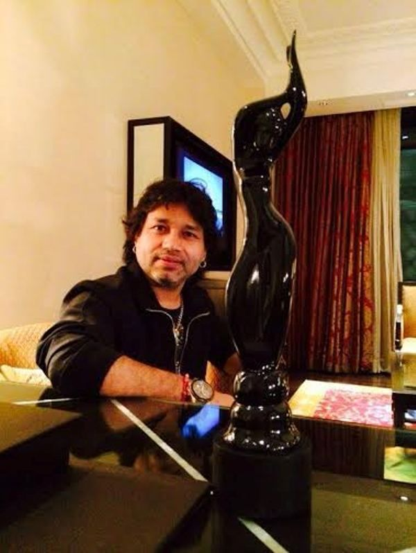 Kailash Kher With His Filmfare Award
