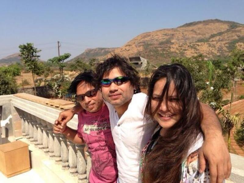 Kailash Kher With His Sister, Nutan And Brother