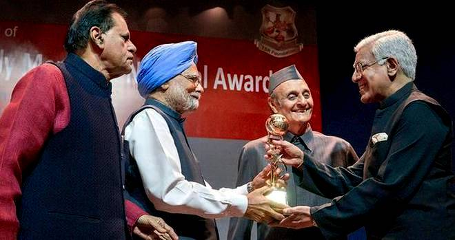Karan Thapar Receiving The G.K. Reddy Award By The Former Prime Minister Manmohan Singh