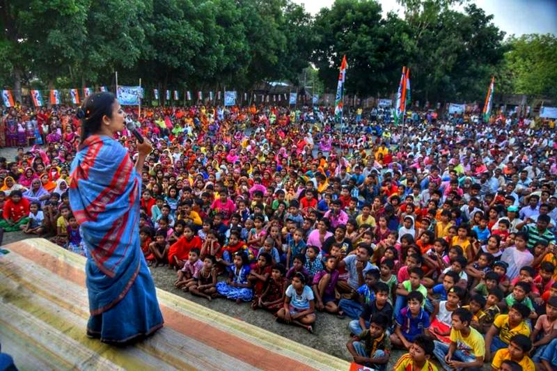Mahua Addressing Students On Importance Of Good Education