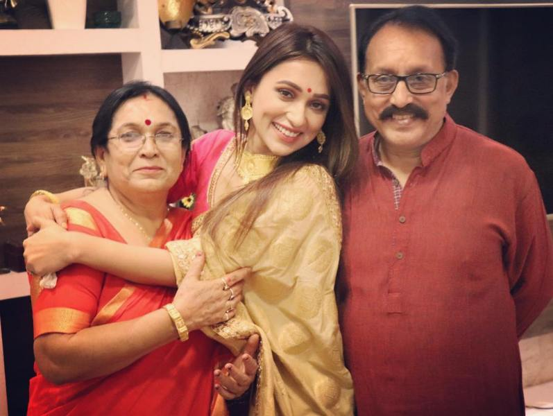 Mimi Chakraborty With Her Parents