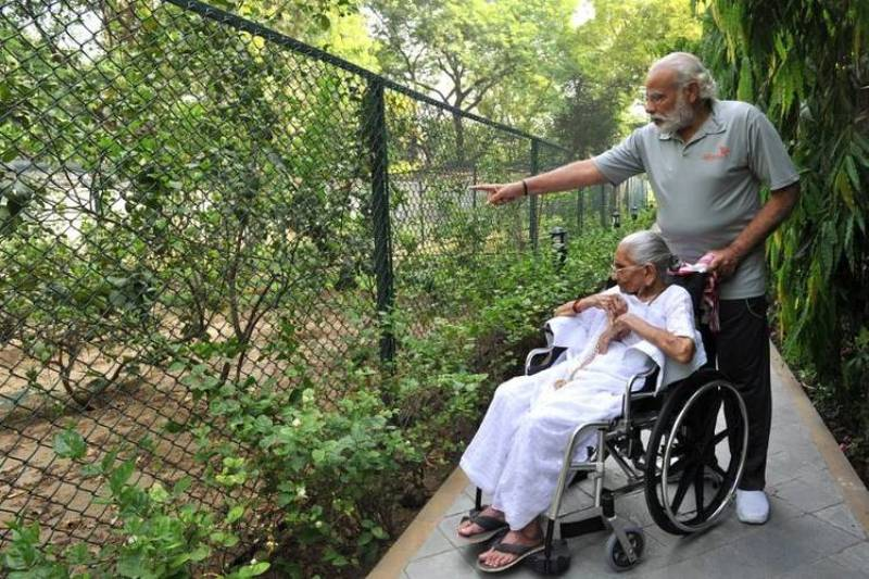 Narendra Modi, Giving Heeraben Modi A Tour Of His Home