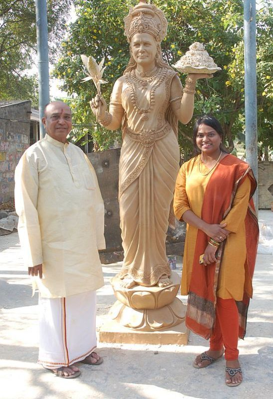 P Shankar Rao and his daughter with a clay model of the bronze statue of Sonia as 'Telangana Talli' (Mother Telangana)