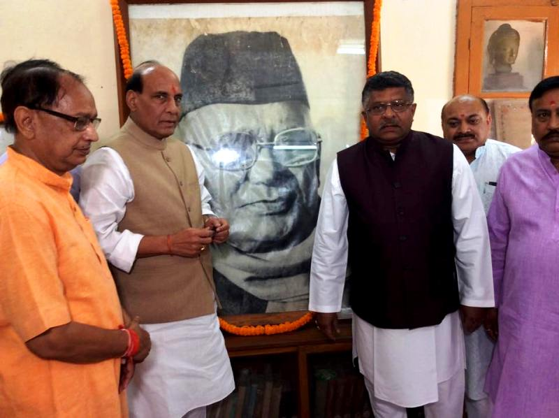 Rajnath Singh In Jai Prakash Narayan's House Paying His Respects