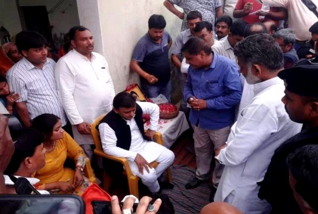 Akhilesh Yadav With Darvesh Singh's Family