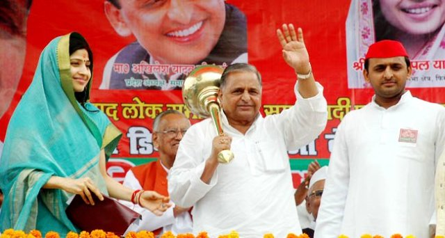 Dimple Yadav With Husband Akhilesh Yadav & Father-In-Law Mulayam Singh Yadav