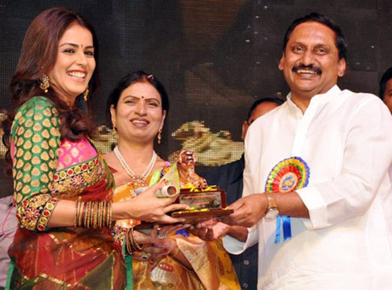Genelia D'Souza Receiving Her Nandi Award
