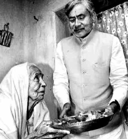 Nitish Kumar With His Mother Parmeshwari Devi
