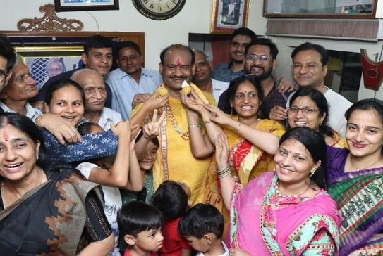 Om Birla with his family