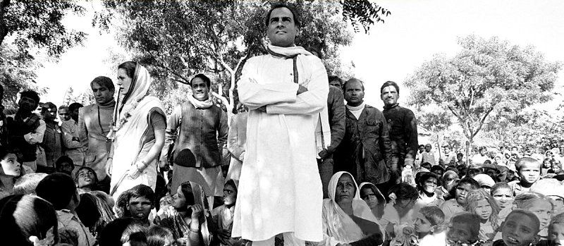 Rajiv Gandhi Explaining The Benefits Of Panchayati Raj In A Village