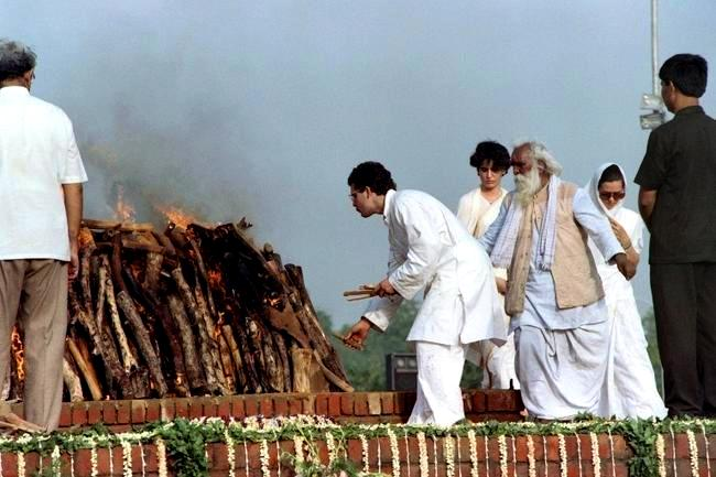Rajiv Gandhi's Body Being Cremated By His Son Rahul Gandhi