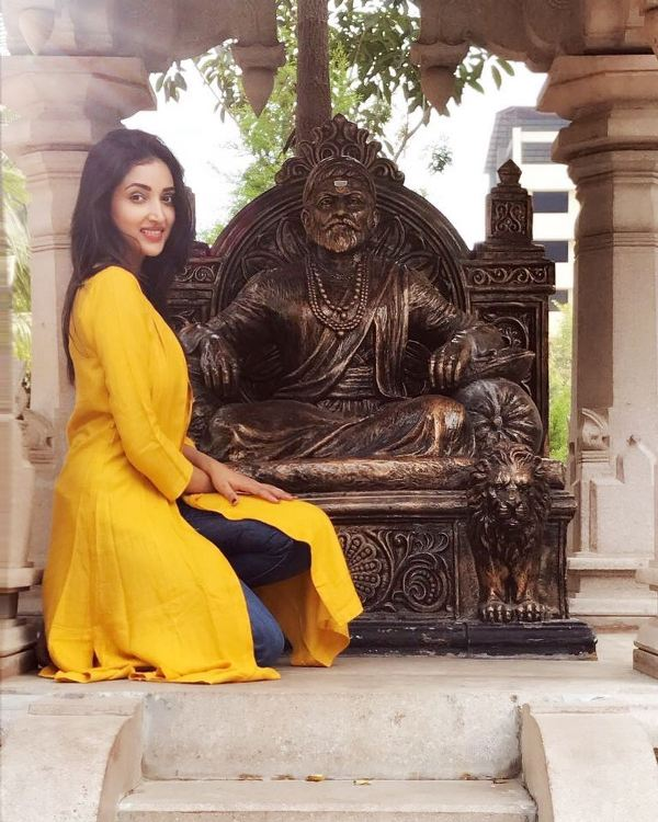 Rupali Bhosale In Front Of The Idol Of Shivaji