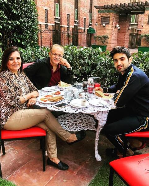 Arjit Taneja with his parents