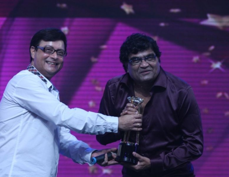 Ashok Saraf receiving an award