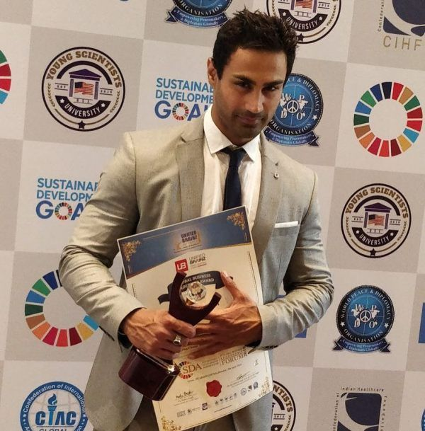 Karan Oberoi (KO) with the youth icon model of the year award 2018
