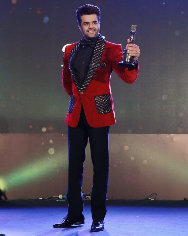 Manish Paul with the Best Entertainer award